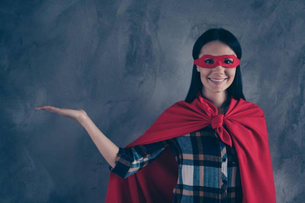 porträtt av henne hon snygg vacker charmig attraktiv glad munter dam klädd hjälte look outfit innehar föremål på palm annons annons isolerad över grå betong vägg - superwoman barn bildbanksfoton och bilder