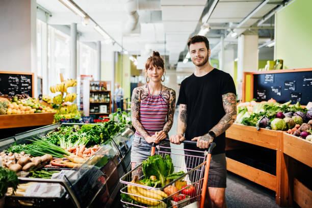Porträt von Hipster Paar Einkaufen für Lebensmittel im lokalen Supermarkt – Foto