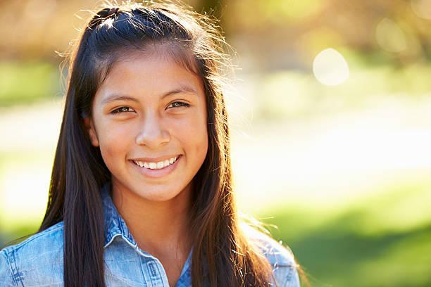 porträt der hispanischen mädchen in der natur - kind vor der pubertät stock-fotos und bilder