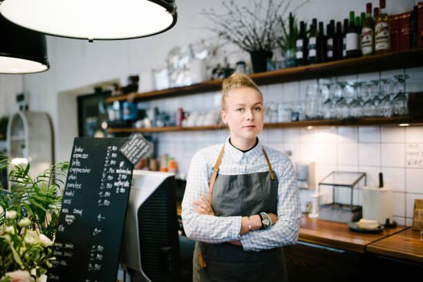 porträt der hausbäckerei mädchen - super torte stock-fotos und bilder