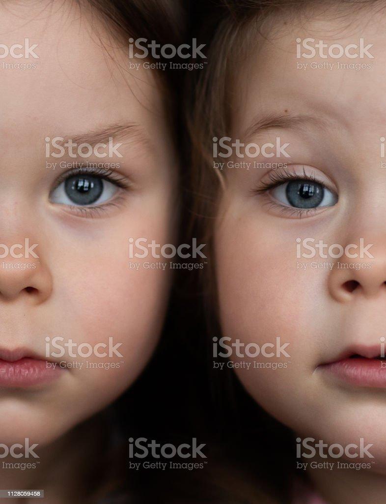 Ein Porträt von eineiigen Zwilling Kleinkind Mädchen nebeneinander – Foto