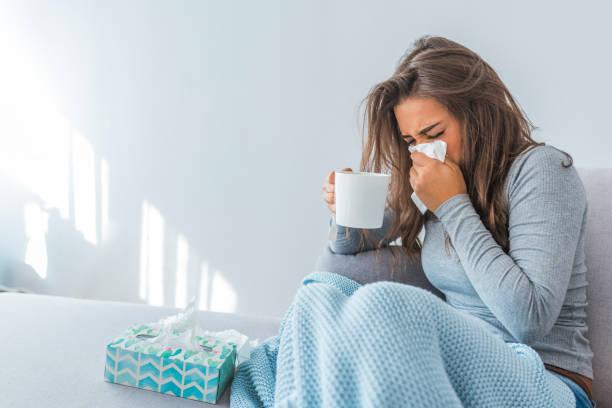 porträt der kranke frau gefangen kälte - erkältung und grippe stock-fotos und bilder