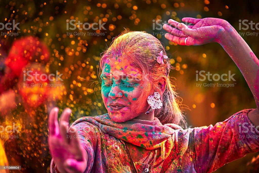 インドの女性のポートレートカラーで顔ダンスの中には、ホーリー祭 - 1人のロイヤリティフリーストックフォト