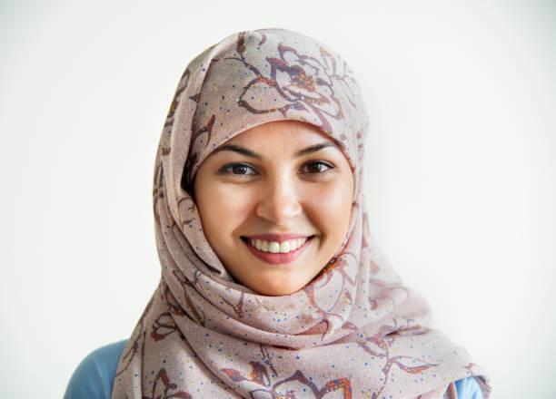 portrait of islamic woman smiling - скромная одежда стоковые фото и изображения