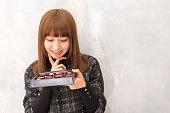の肖像日本の女の子がチョコレートギフト