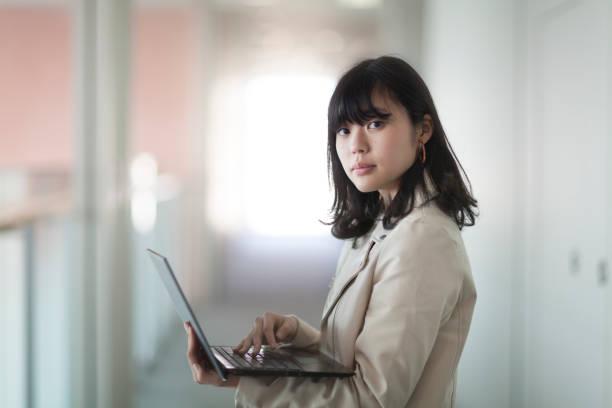 日本女性のポートレート  - 大学生 パソコン 日本 ストックフォトと画像