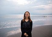 浜辺に立つ日本人女性の肖像