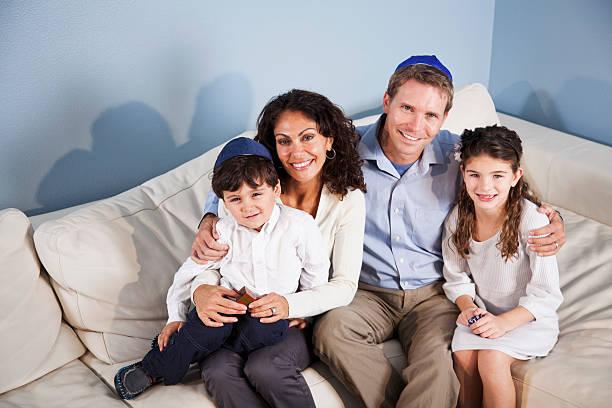 portret jewish rodzina siedzi na kanapie - judaizm zdjęcia i obrazy z banku zdjęć