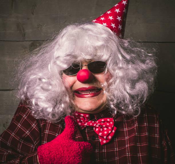 porträt des jokers mit entstellten haaren. leistung des clowns, er ist nicht einer, mit - spielerfrauen stock-fotos und bilder