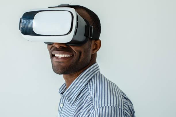 portrait of joyful afro american man testing vr glasses - ritratto 360 gradi foto e immagini stock