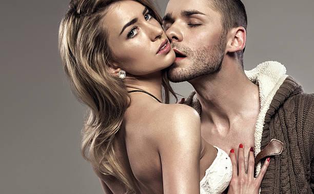 porträt von küssen paar - hipster unterwäsche stock-fotos und bilder
