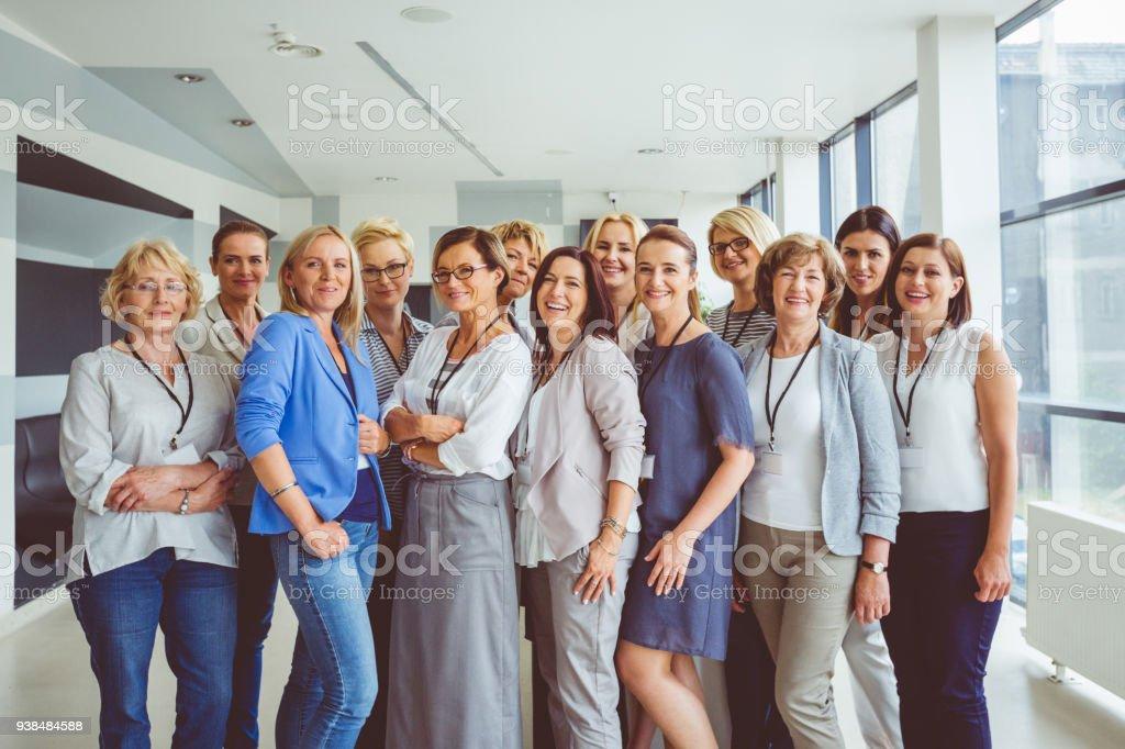 Porträt der großen Gruppe der glückliche Frauen Seminar – Foto