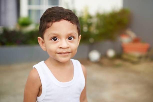 portret van latino jongen jongen - midden amerika stockfoto's en -beelden