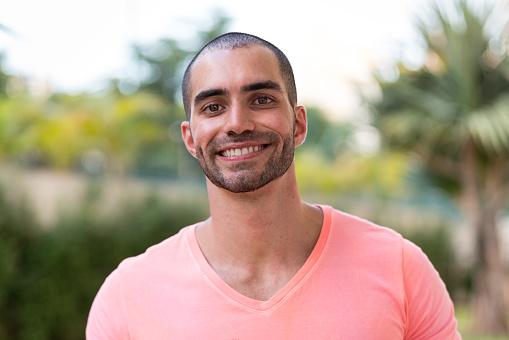 Portrait Von Latino Mann Lächelnd Stockfoto und mehr Bilder von 25-29 Jahre