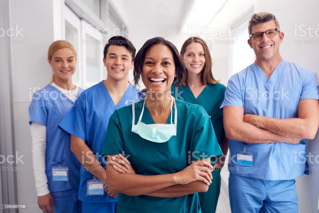 Porträt des lachenden multikulturellen medizinischen Teams, das im Krankenhauskorridor steht - Lizenzfrei Afro-Amerikanischer Herkunft Stock-Foto