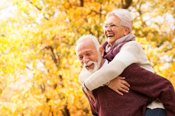 portret śmiejącej się pary seniorów - dojrzały zdjęcia i obrazy z banku zdjęć