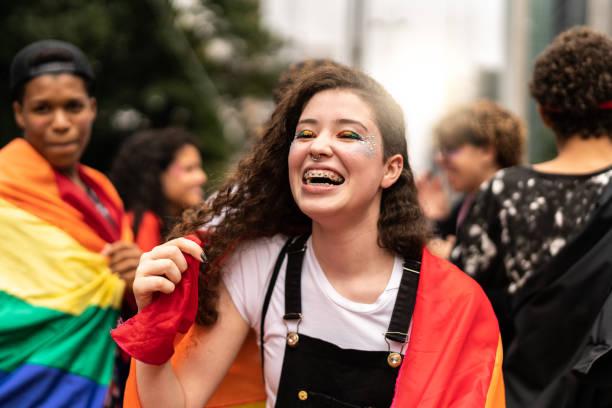 porträt der jungen lesbe - aktivist stock-fotos und bilder
