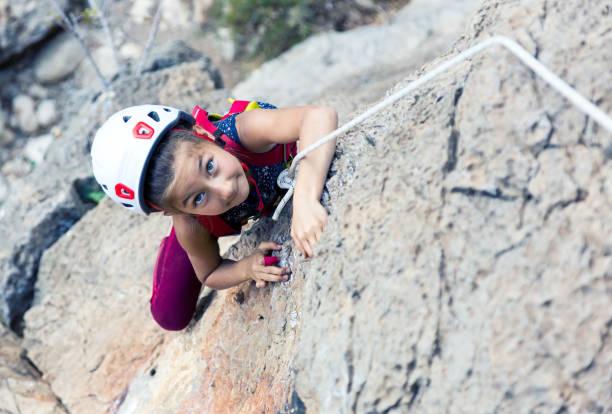 Porträt des kleinen Mädchens Kletterfelsen schwer tun bewegen – Foto