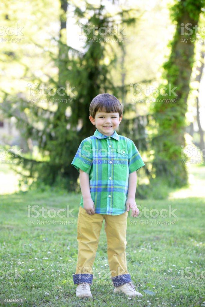 Portrait du petit garçon dans la nature photo libre de droits