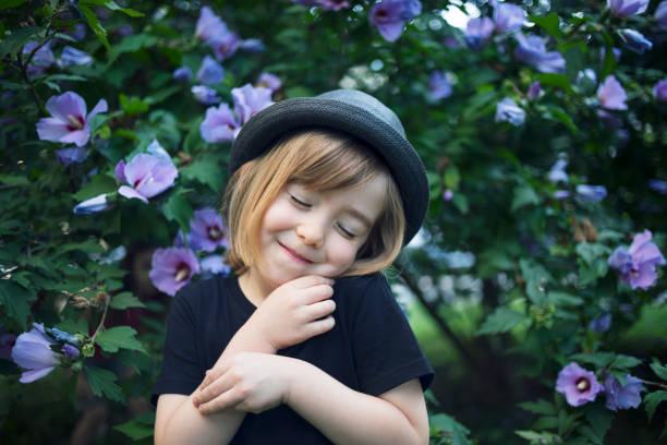 retrato de niño pequeño - intergénero fotografías e imágenes de stock