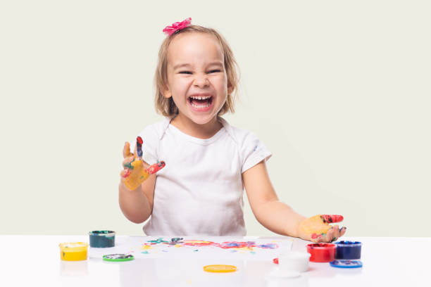 Porträt von kleinen Kind Mädchen spielen mit Fingerfarben – Foto