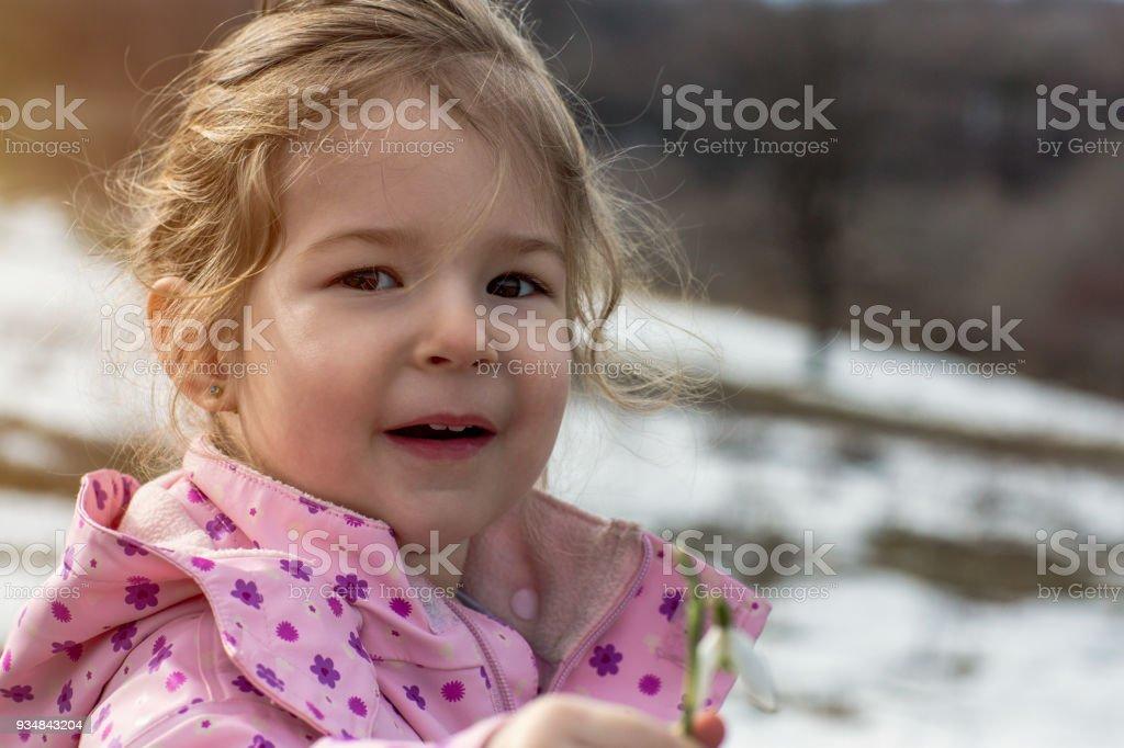 작은 아이 봄에서 헌병 꽃을 따기의 초상화 - 로열티 프리 갈란투스 스톡 사진