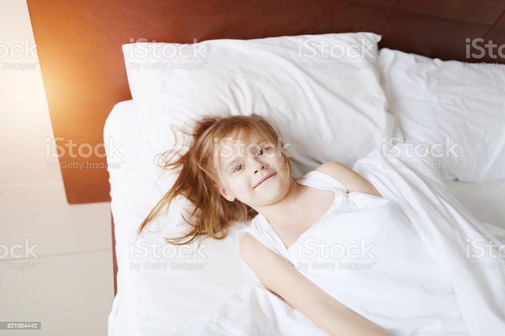 Porträt Der Dumme Kleine Tochter Spielen Und Lächeln Im Bett
