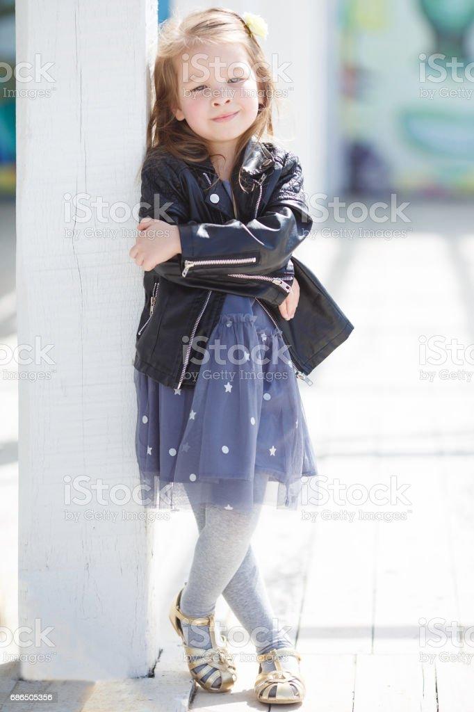 Portret van meisje buiten in het voorjaar royalty free stockfoto