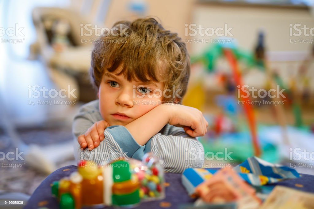 Porträt des jungen Kind traurig an Geburtstag. Kind mit viel Spielzeug – Foto