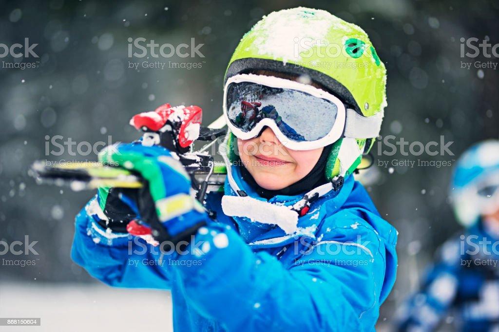 Porträt des kleinen Skifahrer mit Skiern – Foto