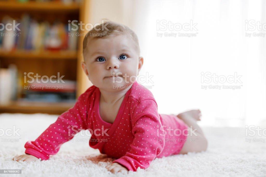 Porträt von kleines winziges Baby Mädchen 5 Monate drinnen zu Hause – Foto