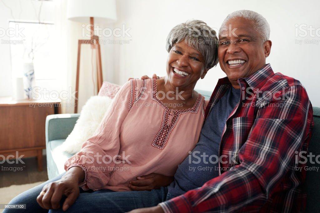 Retrato de amar sênior casal relaxando no sofá em casa - Foto de stock de 60 Anos royalty-free