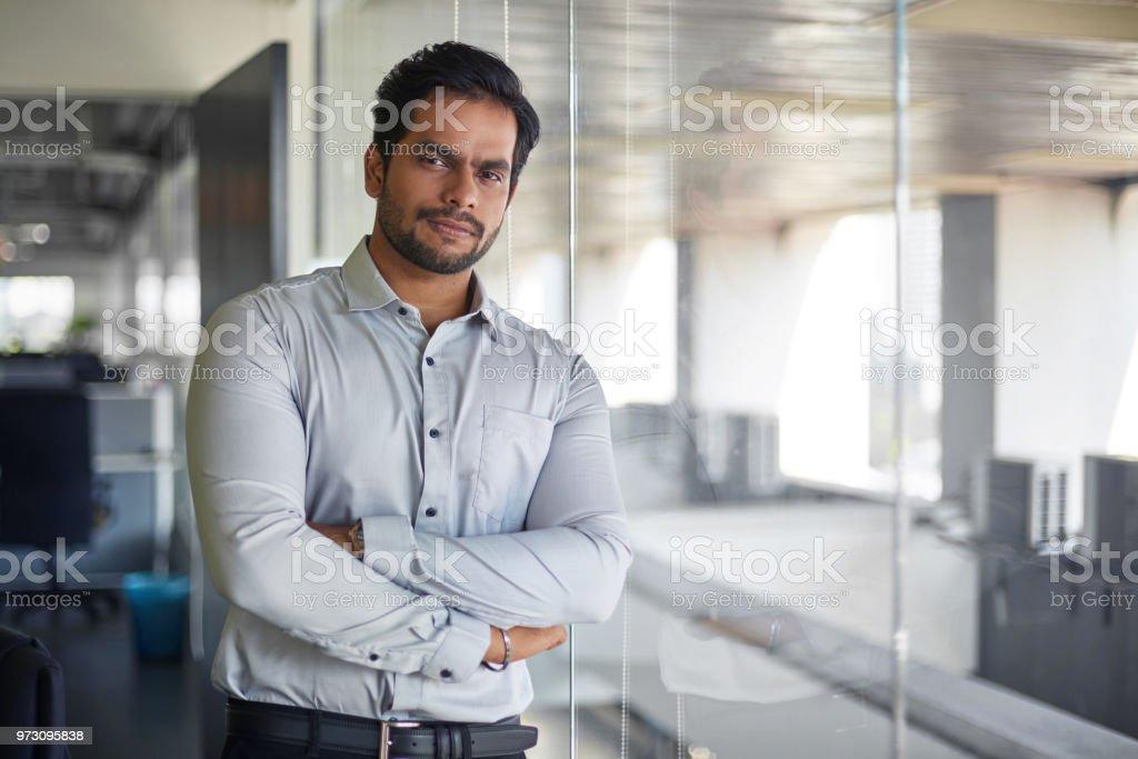 Porträt des malaysischen indischer Jungunternehmer im Büro – Foto
