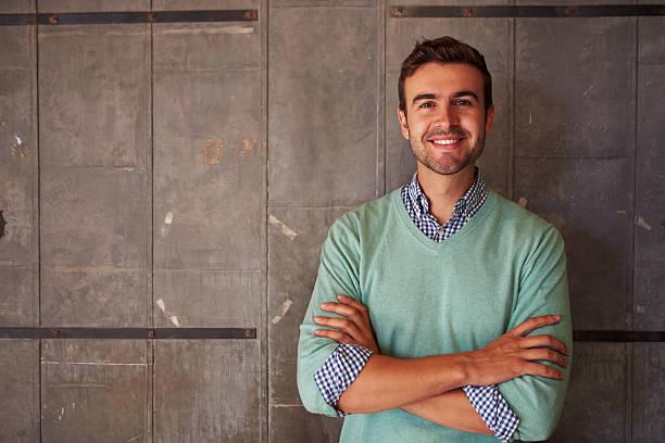 Portrait d'un homme debout dans le bureau moderne de Designer - Photo