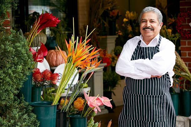 portrait d'un homme à l'extérieur de fleuriste boutique - fleuriste photos et images de collection