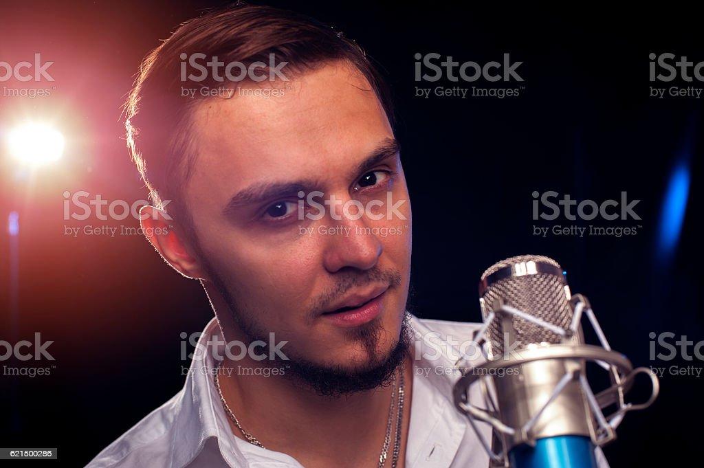 Portrait of male singer with microphone photo libre de droits