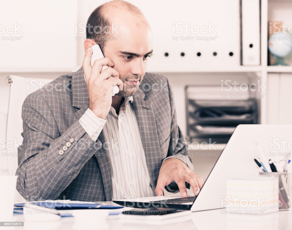 Portrait of male  talking on the phone - Royalty-free 30-39 Years Stock Photo