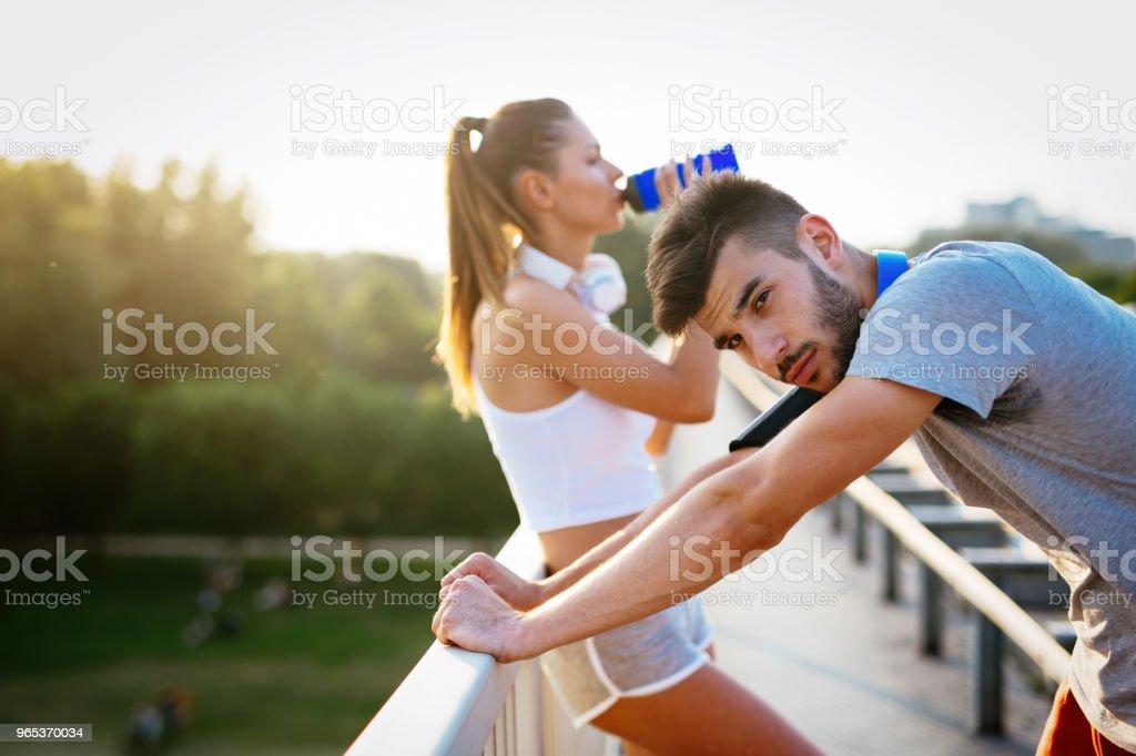 Portrait de l'homme et la femme pendant la pause du jogging - Photo de Adulte libre de droits