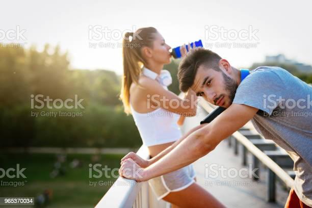 Portret Mężczyzny I Kobiety Podczas Przerwy W Joggingu - zdjęcia stockowe i więcej obrazów Aktywny tryb życia
