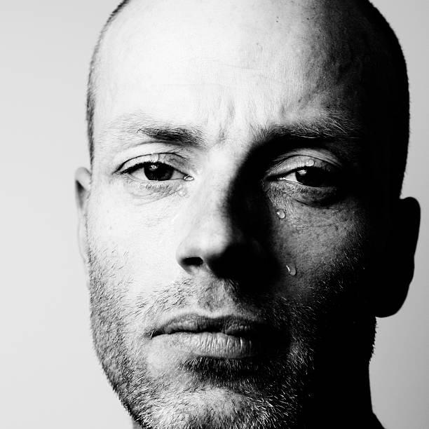 porträt von mann weint, schwarz und weiß - träne stock-fotos und bilder