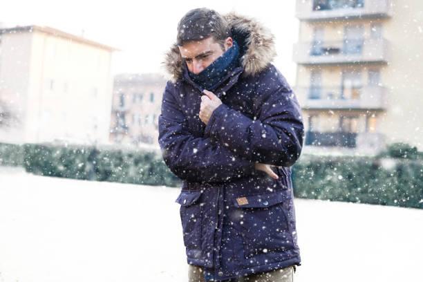 人的畫像在下雪的天氣下感覺非常冷 - 冬天大衣 個照片及圖片檔