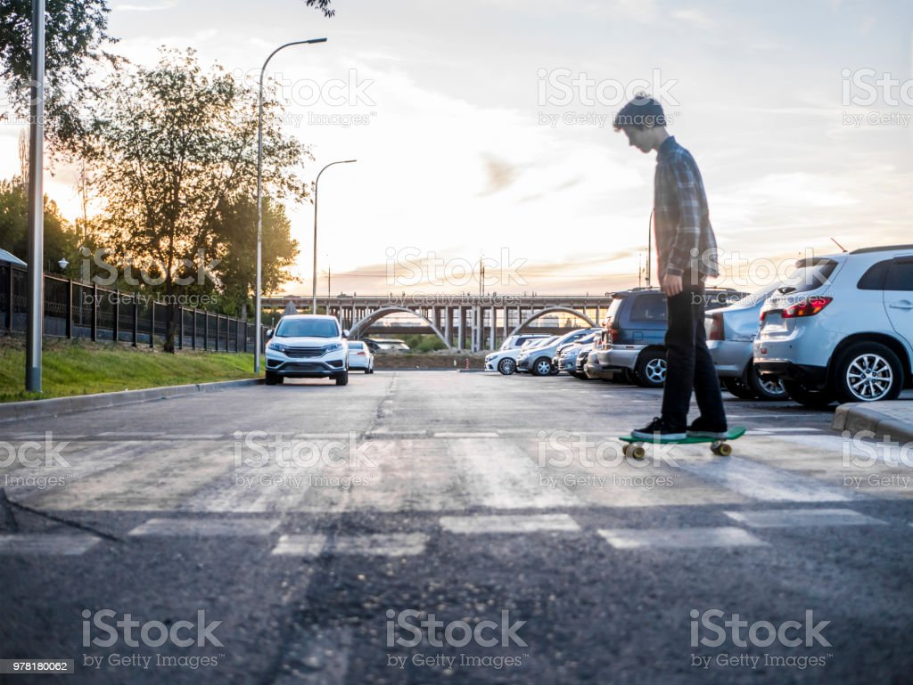 Portrait d'homme monté sur la planche à roulettes en traversant la rue flou - Photo