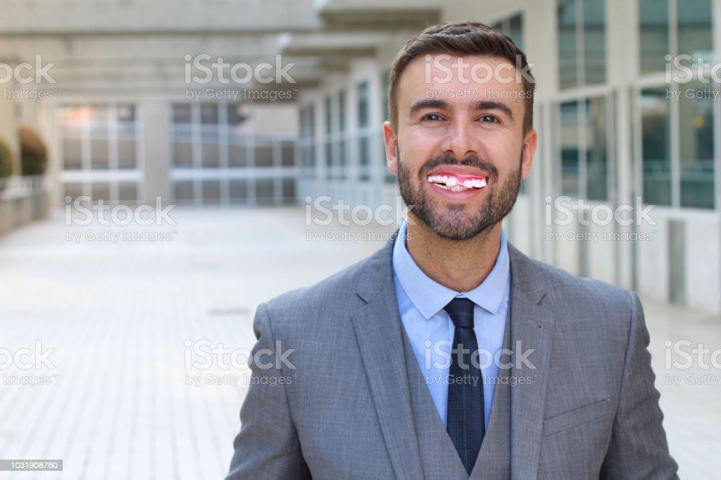 Hombre con una repugnante sonrisa sucia - foto de stock
