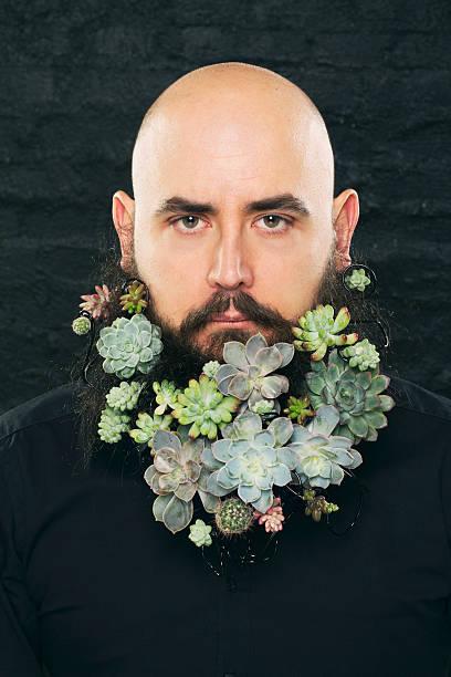Portret mężczyzny z brodą w kwiatach – zdjęcie