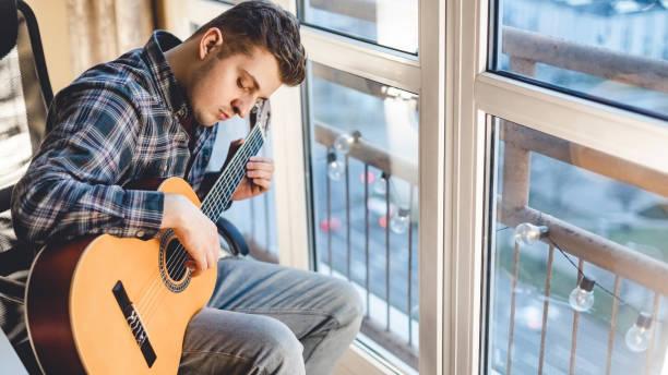 Porträt des Mannes mit Gitarre drinnen. – Foto