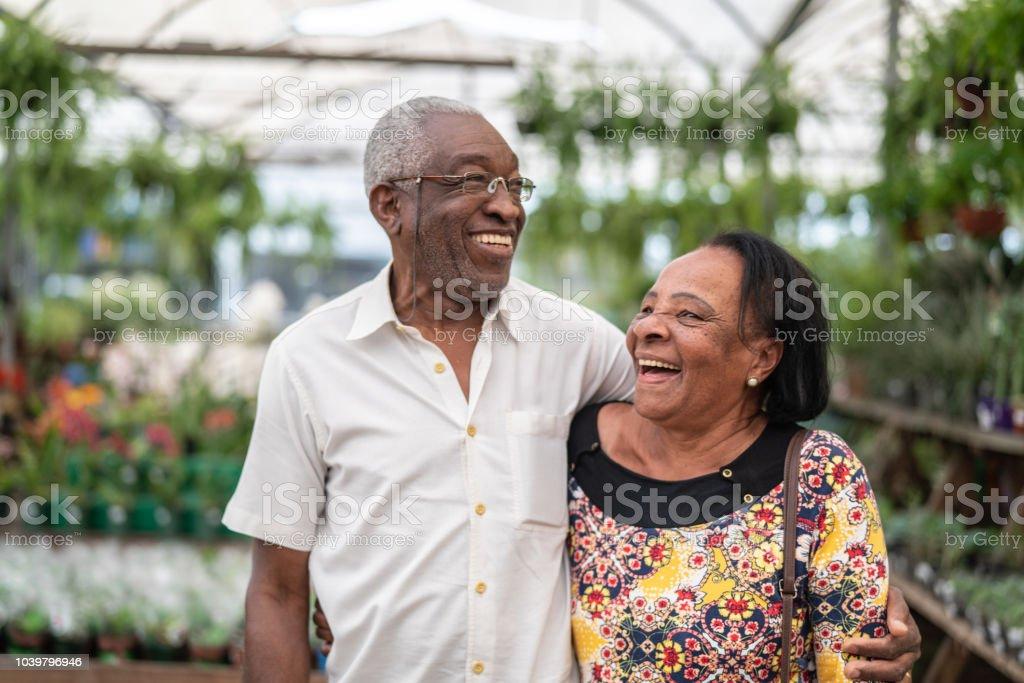 Retrato de pareja africano al cliente en el mercado de las flores - foto de stock