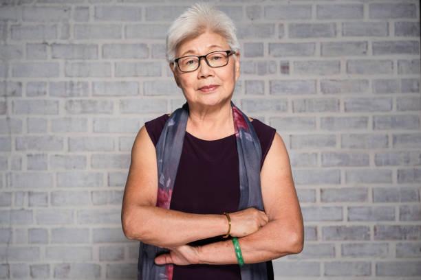 retrato de mujer madura asiática. - asian woman fotografías e imágenes de stock