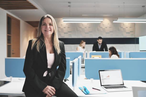 Porträt der alleinerziehenden Geschäftsfrau als Managerin im Coworking Office Space – Foto