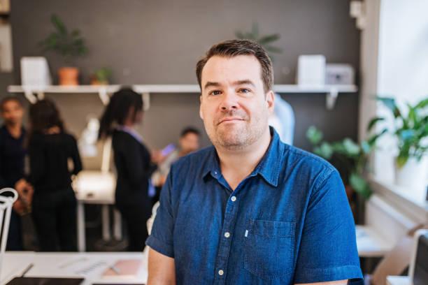 Porträt von reifer Geschäftsmann im Coworking-space – Foto