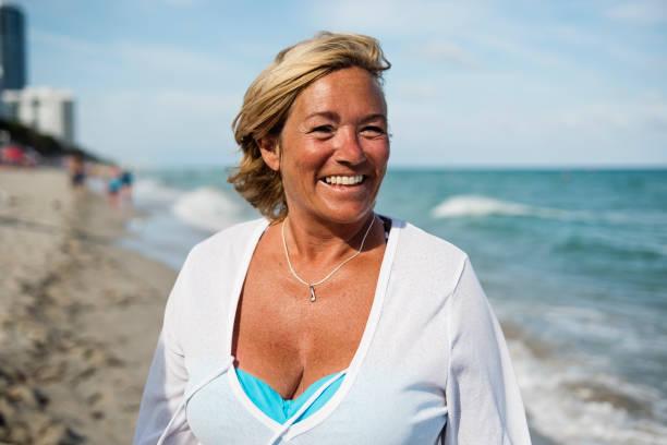 ビーチで成熟したlgbtqの女性の肖像画。 - showus ストックフォトと画像